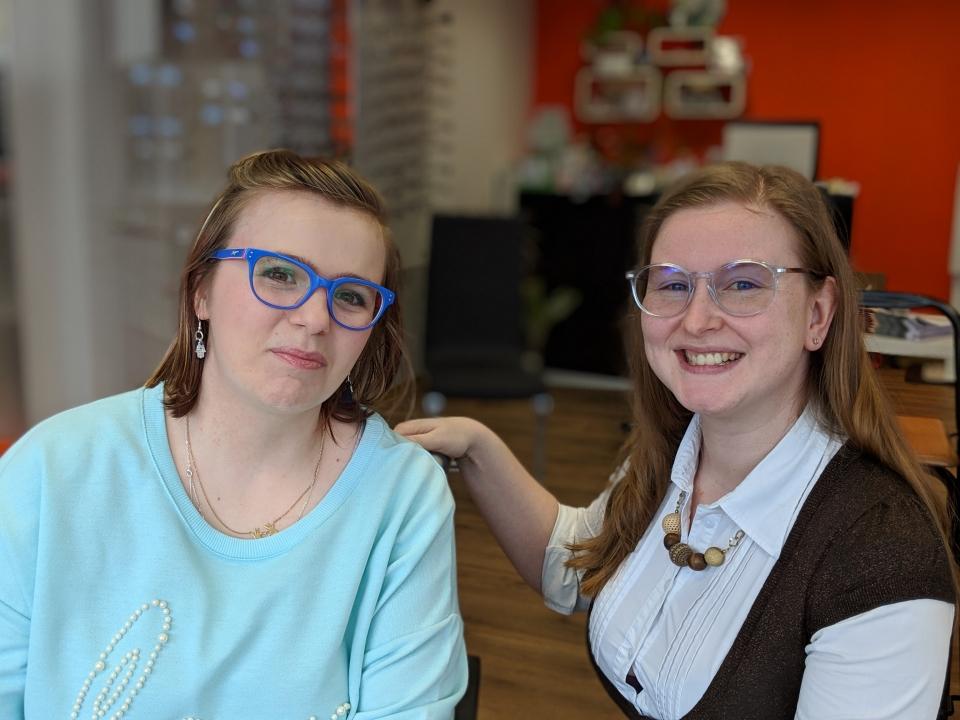 """Unsere glückliche Gewinnerin & Teilnehmerin (links) nach ihrem Workshop """"Schminken zur Brille"""" mit der Inhaberin Sabine Thomalka."""