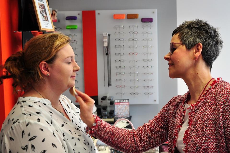 Jacqueline Sondershaus schminkt & berät unsere Kundin passend zu Ihrer Brille.